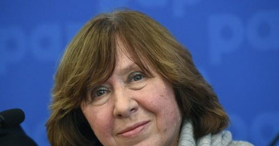 Laureat literackiej  Nagrody Nobla zostanie ogłoszony w czwartek 8 października o godzinie 13 - poinformowała w Akademia Szwedzka. Główną kandydatką do tego wyróżnienia jest Swietłana Aleksijewicz, pisarka i dziennikarka urodzona na Ukrainie, mieszkająca na Białorusi i tworząca po rosyjsku.