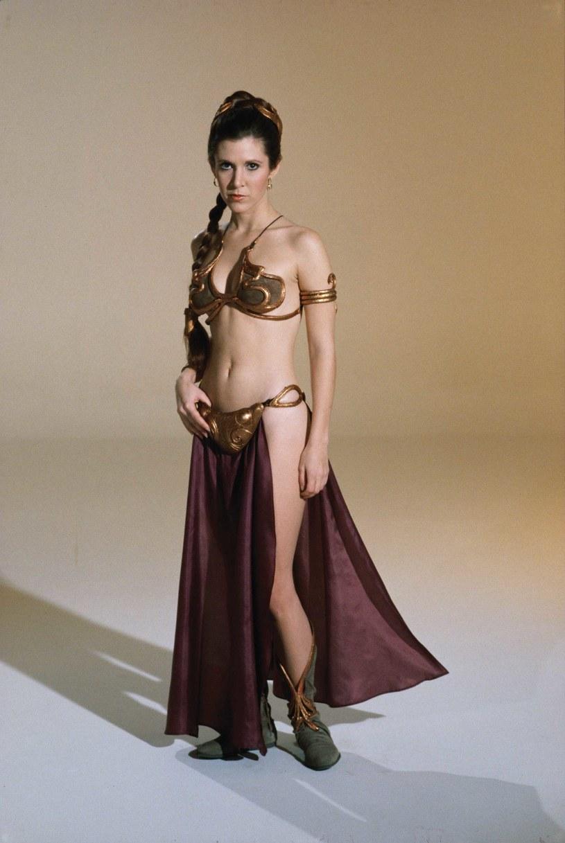"""Złote bikini, w którym księżniczka Leia, bohaterka sagi """"Gwiezdne wojny"""", prezentowała się w """"Powrocie Jedi"""", zostało sprzedane na aukcji za 96 tys. dolarów. Osoba, która zakupiła rekwizyt, pozostała anonimowa."""