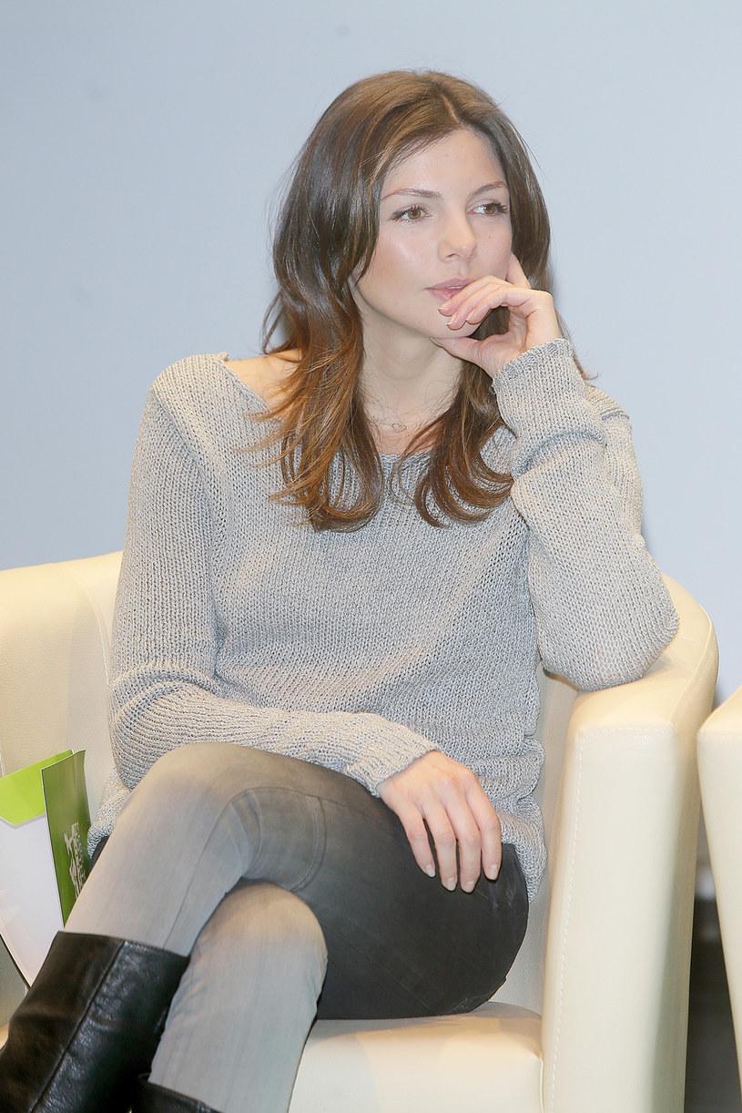 """Dla roli mogę zrobić wiele, bo lubię zmiany w kinie i nie boję się eksperymentować - mówi Karolina Gorczyca. Aktorka podkreśla, że jeśli scenariusz jest ambitny, to może nawet diametralnie zmienić wizerunek czy nabyć nowe umiejętności, by zagrać daną postać. W październiku na ekrany kin wchodzi niemiecko-polski film """"Agnieszka"""", w którym Gorczyca zagrała główną rolę. By uwiarygodnić swoją postać, przed rozpoczęciem zdjęć aktorka zapisała się na kurs samoobrony."""