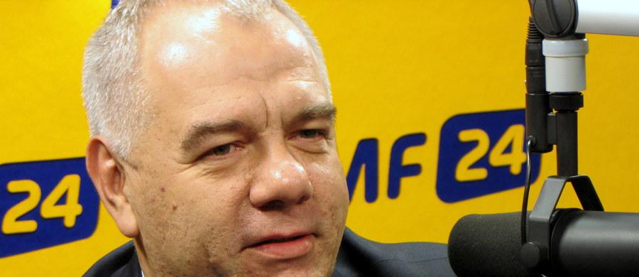"""""""Dziś Ruch Pawła Kukiza, to siła, która zgadza się z nami, że potrzebna jest w Polsce zmiana. Inaczej definiuje sposób, ale cel jest podobny. Jest nam w jakiś sposób po drodze"""" – mówi w Kontrwywiadzie RMF FM poseł PiS Jacek Sasin w odpowiedzi na pytania słuchaczy. """"Istnieje po wyborach możliwość współpracy z panem Kukizem"""" – dodaje. Koalicja z PSL? """"To byłoby oszukiwanie wyborców"""" – odpowiada gość RMF FM. """"Trudno sobie wyobrazić, żebyśmy radykalną zmianę mieli realizować ze współodpowiedzialnymi za 8 lat złych rządów"""" – ocenia poseł."""