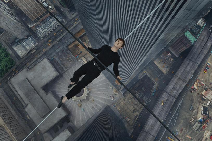 """Dwanaścioro ludzi spacerowało po księżycu. Tylko jeden człowiek w historii spacerował między dachami wieżowców World Trade Center. I to właśnie o nim opowiada w swoim najnowszym filmie """"The Walk. Sięgając chmur"""" Robert Zemeckis."""