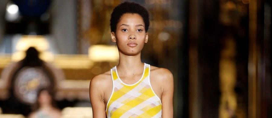 Już niedługo zbyt widoczny kobiecy makijaż ma się stać jednoznacznie symbolem złego smaku i wulgarności! Taki wniosek można wyciągnąć z kończących się właśnie w Paryżu pokazów najnowszych kreacji dyktatorów mody z całego świata – już na przyszłą wiosnę.