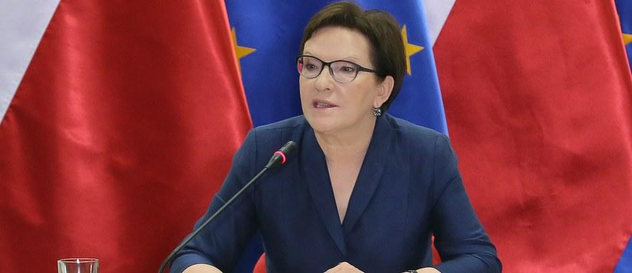 """""""Gdy ja będę rządzić przez kolejne cztery lata, nikt mną z tylnego siedzenia sterować nie będzie"""" - oświadczyła Ewa Kopacz, nawiązując do swojej wyborczej rywalki - Beaty Szydło. """"Poza tym skład mojego rządu będzie zależał od większości parlamentarnej a nie od humorów prezesa"""" - podkreśliła szefowa Platformy Obywatelskiej."""