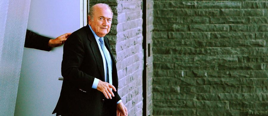 """Prezydent FIFA Joseph Blatter został zawieszony na 90 dni - donoszą światowe media, m.in. BBC i niemiecka gazeta """"Die Welt"""". Taką decyzję miała podjąć obradująca od poniedziałku Komisja Etyczna Międzynarodowej Federacji Piłki Nożnej. Jej rzecznik Marc Tenbuecken odmawia na razie komentarza. Według mediów, decyzja ma zostać ogłoszona w piątek."""