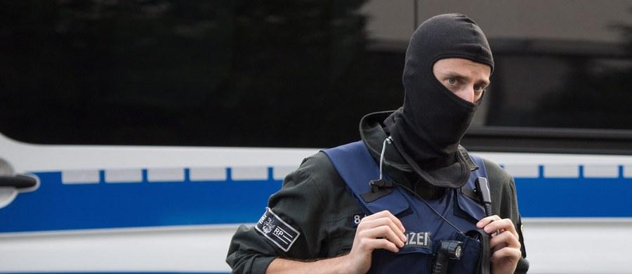 """Niemiecka policja poszukuje morderców 20-letniej Syryjki Rokstan M., której ciało zostało znalezione w piątek w Dessau. Kobieta została zadźgana. Jak przypuszczają śledczy, za zbrodnię odpowiedzialna jest rodzina kobiety. 20-latka została bowiem wyklęta przez bliskich i uznana za """"nieczystą"""" po tym, jak zgwałciło ją trzech Syryjczyków."""