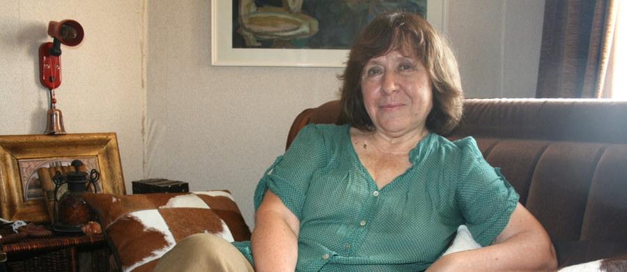 Białoruska pisarka i dziennikarka Swietłana Aleksijewicz została laureatką literackiej Nagrody Nobla. Pisarka była główną kandydatką do tego wyróżnienia. Swietłana Aleksijewicz urodziła się na Ukrainie, mieszka na Białorusi i tworzy w języku rosyjskim.