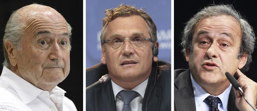 Prezydent FIFA Joseph Blatter, kandydat na jego następcę i szef UEFA Michel Platini oraz były sekretarz generalny FIFA Jerome Valcke zostali zawieszeni na 90 dni. To już oficjalna informacja podana przez Międzynarodową Federację Piłki Nożnej. Decyzję podjęła Komisja Etyczna FIFA. Tymczasowym prezydentem światowej centrali został Kameruńczyk Issa Hayatou.