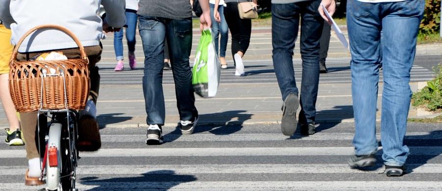 Czy pieszy oczekujący na przejście przez jezdnię będzie chroniony prawem? Przepis w tej sprawie prawdopodobnie wyląduje w kosz. W piątek w Sejmie głosowanie w tej sprawie. Odrzucenie projektu zaleciła komisja infrastruktury.
