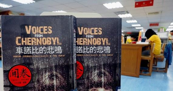 """To Nobel dla tej, która oddaje głos prostemu człowiekowi, """"pisze i kolekcjonuje codzienność: uczuć, myśli, słów"""". Swietłana Aleksijewicz w każdej swojej książce (m.in. """"Wojna nie ma w sobie nic z kobiety"""", """"Czarnobylska modlitwa"""", """"Czasy secondhand"""") zmniejsza historię do wymiarów człowieka. I w tym tkwi siła jej literatury."""