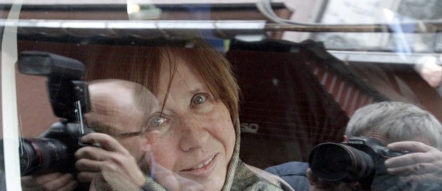 """Odkrywałam świat przez takie postaci jak Hanna Krall i Ryszard Kapuściński"""" – powiedziała laureatka literackiej Nagrody Nobla Swietłana Aleksijewicz na konferencji prasowej w Mińsku. """"Bardzo mnie interesowało jego spojrzenie"""" - podkreśliła."""