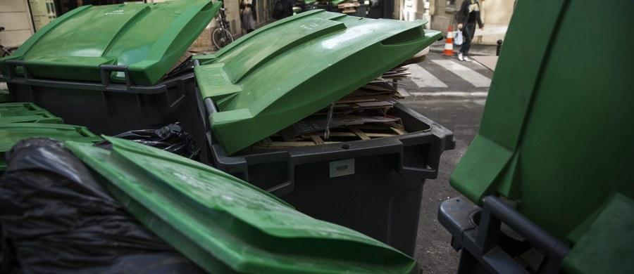 W związku ze strajkiem pracowników służby oczyszczania miasta, na ulicach Paryża od poniedziałku piętrzą się cuchnące śmieci. Protestujący domagają się podwyżek i zagwarantowania możliwości awansu szeregowym pracownikom firmy.