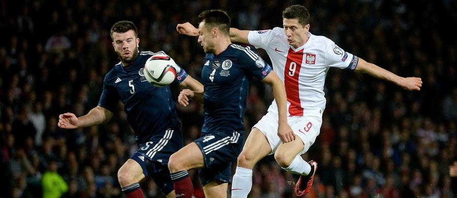 Polscy piłkarze zremisowali ze Szkotami 2:2 w swoim przedostatnim meczu eliminacji Euro 2016! Wyrównującego gola zdobył w ostatniej akcji spotkania Robert Lewandowski! Również on otworzył w 3. minucie wynik meczu, ale później dwukrotnie trafiali gospodarze - wyrównał tuż przed przerwą Matt Ritchie, a w 62. minucie na listę strzelców wpisał się Steven Fletcher. O awans do turnieju we Francji powalczymy w niedzielę z Irlandią, która dzisiaj pokonała Niemców 1:0!