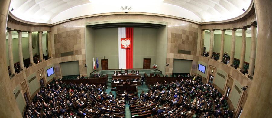 Kontrowersyjne wypowiedzi Antoniego Macierewicza w USA nie odebrały PiS szansy na samodzielne rządy – wynika z badania TNS Polska dla Fakt24.pl. Na 16 dni przed wyborami partia Jarosława Kaczyńskiego może liczyć na 235 mandatów. Daje jej to samodzielną większość w Sejmie. Ludowcy i KORWiN znaleźli się pod progiem wyborczym.