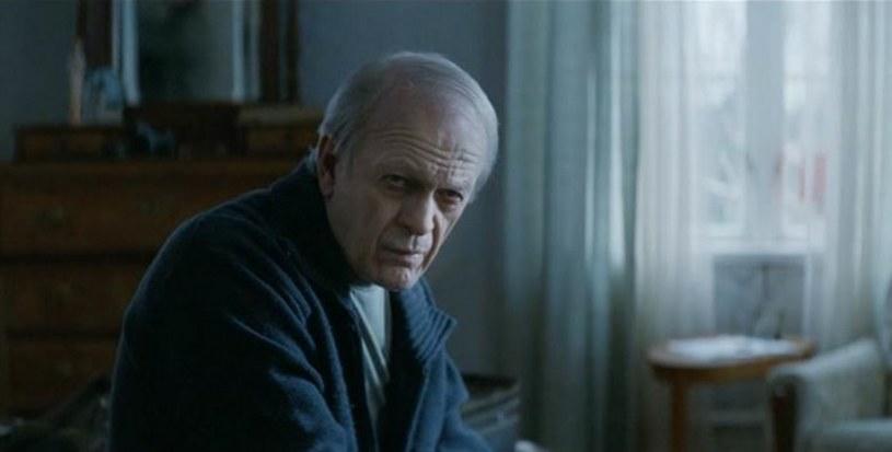 """Obecny na polskich ekranach od piątku, 9 października, film """"Intruz"""" Magnusa von Horna opowiada inspirowaną prawdziwymi wydarzeniami historię, która rozgrywa się na szwedzkiej prowincji. 17-letni John pod wpływem ekstremalnych emocji dopuszcza się zbrodni. Po odbyciu kary wraca w rodzinne strony i podejmuje próbę rozpoczęcia nowego życia. Szybko jednak zostaje skonfrontowany z przeszłością, o której chciałby zapomnieć. Dziadka głównego bohatera gra Wiesław Komasa (ojciec Jana Komasy, reżysera """"Miasta 44"""")."""
