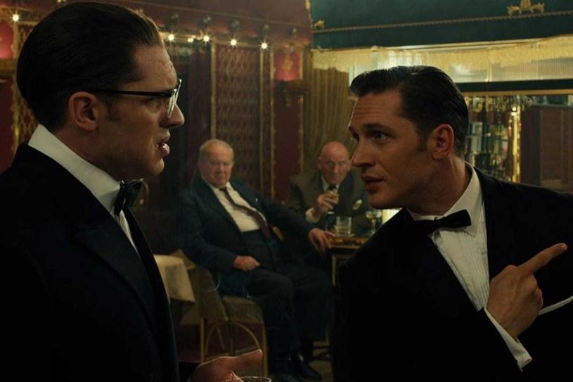 """Dramat """"Legend"""" Briana Helgelanda może poszczycić się fantastyczną obsadą, w tym podwójną rolą Toma Hardy'ego, który wcielił się w rolę obu głównych bohaterów braci Kray - Reggie'ego i Ronnie'ego."""