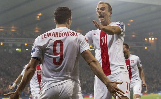"""Portugalskie i hiszpańskie media zachwycają się wysoką formą Roberta Lewandowskiego. Według nich, polski napastnik przyćmił już Cristiano Ronaldo i Lionela Messiego i jest poważnym kandydatem do Złotej Piłki FIFA. """"W spotkaniach eliminacyjnych do Euro zdobył już 12 goli. Takiej skuteczności nie ma w tych rozgrywkach żaden piłkarz. Mało tego, Polak zdobył łącznie więcej goli, niż ma ich na swoim koncie kadra Portugalii czy Włoch"""" - zauważa madrycki dziennik """"As""""."""