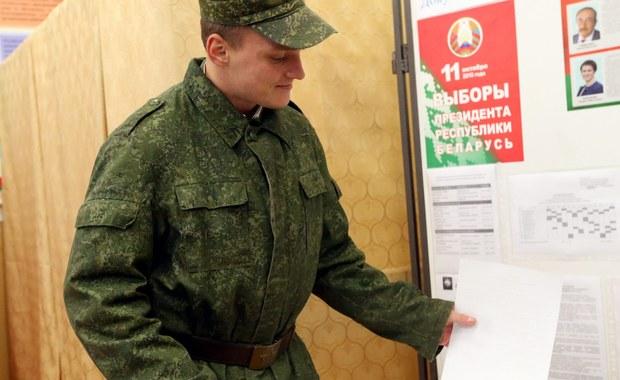 Prezydent Łukaszenka i jego synowie znowu będą mogli podróżować po Europie? Ich konta w europejskich bankach zostaną odmrożone? Unia Europejska zamierza zawiesić sankcje wobec Łukaszenki i jego otoczenia, jeżeli nie dojdzie do łamania praw człowieka. To rodzaj marchewki, którą Unia stosuje przed niedzielnymi wyborami prezydenckimi.