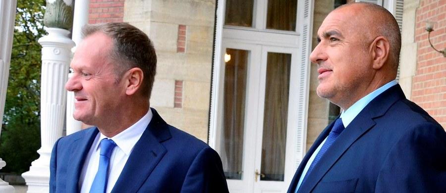 """Na granicach unijnych panuje chaos, któremu należy położyć kres, co oznacza nasiloną kontrolę na zewnętrznych granicach i rozwój współpracy z Turcją - powiedział  w Warnie przewodniczący Rady Europejskiej Donald Tusk po rozmowach z bułgarskim premierem Bojko Borysowem. """"Bułgaria ma wspólne granice z Turcją, Macedonią, Serbią, które są poddane silnej presji migranckiej, i w tej chwili dobrze daje sobie radę z ich ochroną"""" – stwierdził były polski premier."""