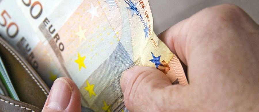 Włoskie Bergamo ma ambicję, by zostać miastem bezgotówkowym. Jego władze prowadzą wraz z bankami kampanię mającą zachęcić mieszkańców do elektronicznych transakcji. W jej ramach zorganizowano loterię z nagrodami dla tych, którzy płacą kartami.