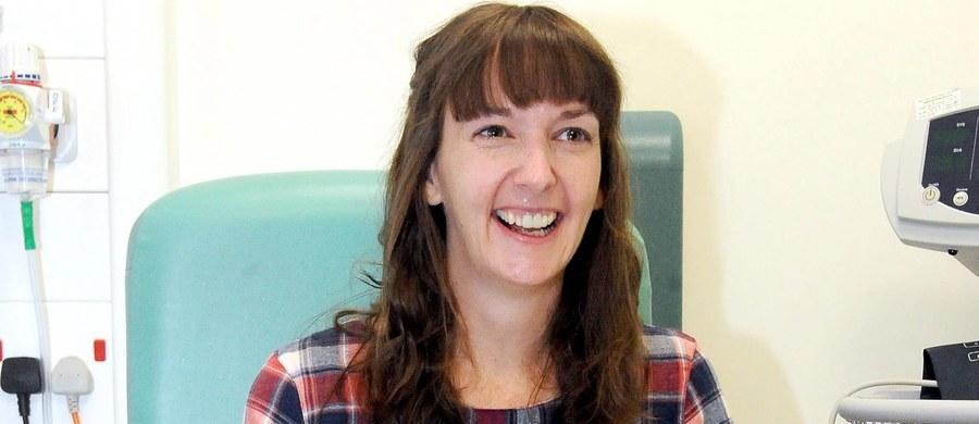 Brytyjska pielęgniarka, która rok temu zachorowała na ebolę i wyzdrowiała, ponownie trafiła do szpitala. Jej stan jest ciężki. Pauline Cafferkey przewiedziona została z Glasgow do Londynu w szczelnym namiocie, na pokładzie wojskowego samolotu. Znajduje się obecnie w izolatce w szpitalu Royal Free.