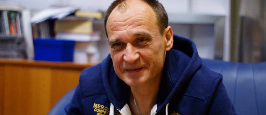 """""""Jestem szczęśliwy, że prezydentem nie jest już Bronisław Komorowski, ale jestem nieszczęśliwy z tego powodu, że wciąż wybieramy mniejsze zło"""" - mówi w Kontrwywiadzie RMF FM szef ruchu Kukiz'15 Paweł Kukiz w odpowiedzi na pytania słuchaczy. """"Wolę widzieć na stanowisku prezydenta Andrzeja Dudę a nie 'ho, ho ho'"""" - dodaje. Pytany o wybory prezydenckie odpowiada: """"Kandydowałem przeciwko systemowi, a nie na to stanowisko. Kandydowałem po to, żeby powiedzieć im dość""""."""