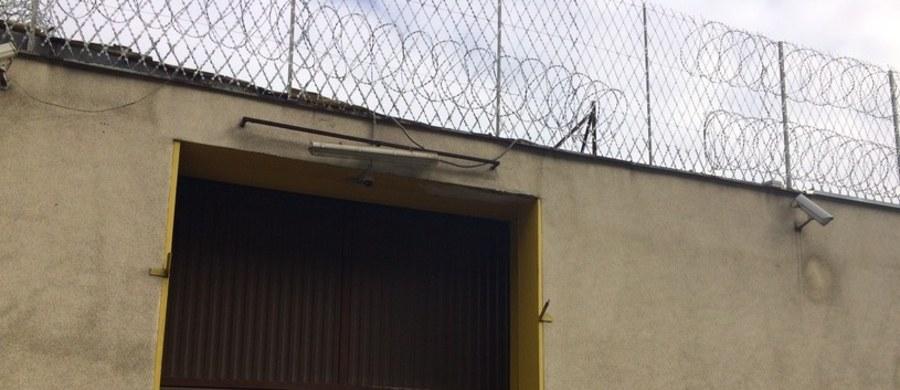Ktoś pomagał więźniom z Grudziądza w ucieczce. To założenia policyjnego dochodzenia prowadzonego pod nadzorem prokuratury - dowiedział się reporter RMF FM, Kuba Kaługa. Od sobotniego wieczora policja szuka trójki recydywistów. Ich poszukiwania ruszyły tuż przed 21:00. Jeszcze godzinę wcześniej była sprawdzana obecność więźniów.