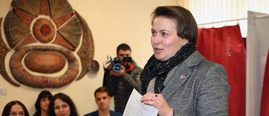 """Opozycyjna kandydatka w niedzielnych wyborach prezydenckich na Białorusi Tacciana Karatkiewicz poinformowała, że nie uznaje ich wyników. """"Wiemy dziś, że tych, którzy chcą przemian, jest wielu, bardzo wielu. Ale władze tego nie uznają i chcą się ukryć za liczbami, które podaje Centralna Komisja Wyborcza"""" - oświadczyła Karatkiewicz na konferencji prasowej w Mińsku. Pytana, czy zamierza zaskarżyć wyniki w Sądzie Najwyższym, odpowiedziała: """"Tak, są do tego podstawy""""."""