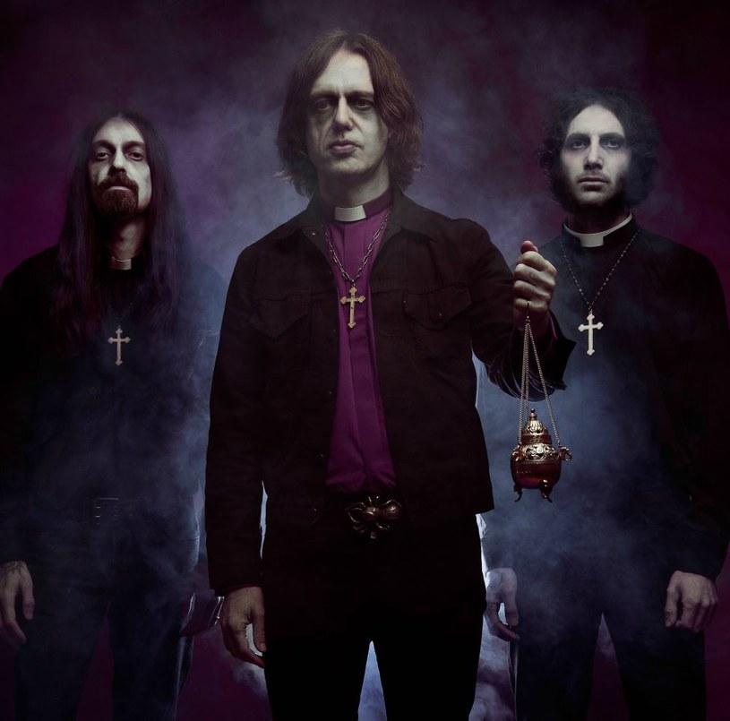 Coraz bliżej do premiery debiutanckiego albumu brytyjskiego tria With The Dead.