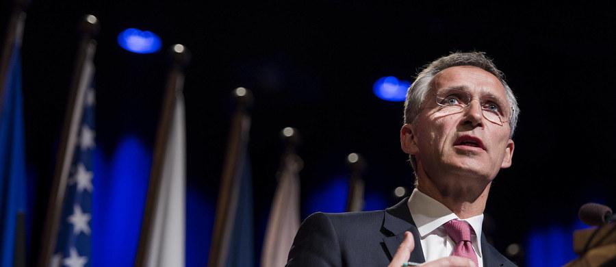 Sekretarz generalny NATO Jens Stoltenberg oskarżył Rosję o to, że przyczynia się do wydłużenia konfliktu w Syrii, udzielając poparcia prezydentowi tego kraju Baszarowi el-Asadowi. Wezwał Moskwę, by przyłączyła się do walki z bojownikami z Państwa Islamskiego.