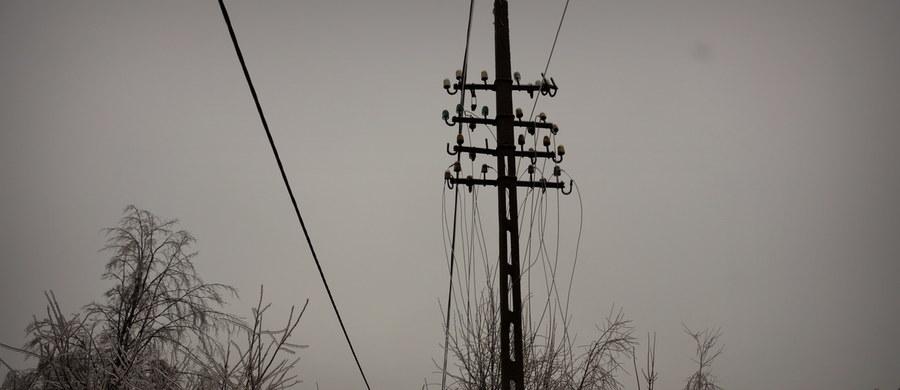 Sześć tysięcy odbiorców w województwie świętokrzyskim nie ma nadal prądu - wynika z informacji Wojewódzkiego Centrum Zarządzania Kryzysowego w Kielcach. Awarie spowodowały intensywne opady śniegu.