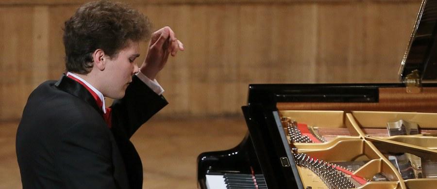 Trzech pianistów z Polski awansowało do trzeciej tury przesłuchań XVII Konkursu Chopinowskiego. Listę 20 osób, którzy zagrają w kolejnym etapie rywalizacji ogłoszono w poniedziałkowy wieczór w Filharmonii Narodowej w Warszawie.