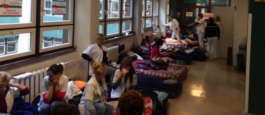 Nie ma porozumienia między dyrekcją a pielęgniarkami prowadzącymi głodówkę w Wojewódzkim Szpitalu Specjalistycznym w Rybniku. 27 pielęgniarek prowadzi głodówkę, domagają się 400 zł podwyżki. Wiesława Frankowska , przewodnicząca związku zapewnia, że na intensywnej terapii i na ostrych dyżurach jest i będzie pełna obsada pielęgniarska.