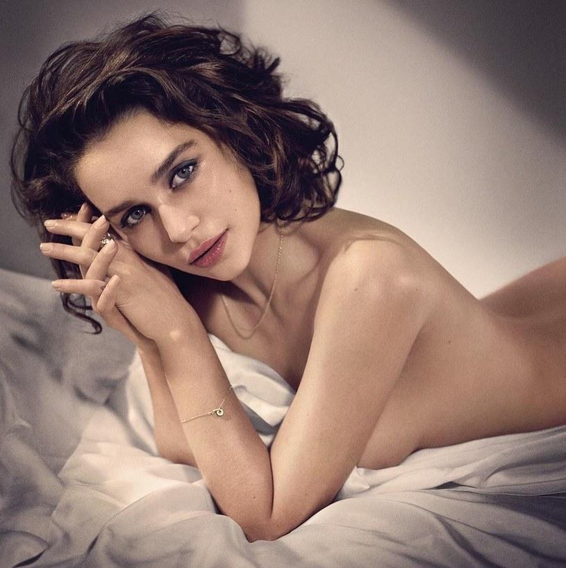 """Brytyjska aktorka Emilia Clarke, gwiazda serialu """"Gra o tron"""", została Najseksowniejszą Żyjącą Kobietą w plebiscycie magazynu """"Esquire""""."""