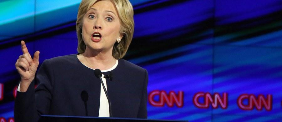 Hilary Clinton zdecydowanie zdominowała pierwszą prezydencką debatę Demokratów. Atakowała rywali i z łatwością odpierała stawiane jej zarzuty, udowadniając, że wciąż jest faworytką wyścigu do Białego Domu. Amerykańska podkreśla, że to sukces Clinton, która notuje ostatnio spore spadki w sondażach.