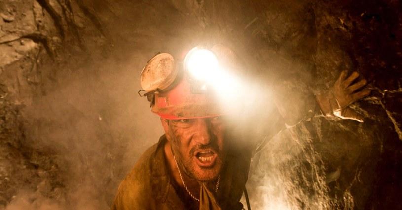 """Pojawił się polski zwiastun filmu """"33"""" - głośnej opowieści o 33 górnikach z Chile. Film wyreżyserowała meksykańska reżyserka Patricia Riggen. Antonio Banderas wciela się w postać Maria Sepulvedy - nieformalnego lidera grupy uwięzionych górników."""