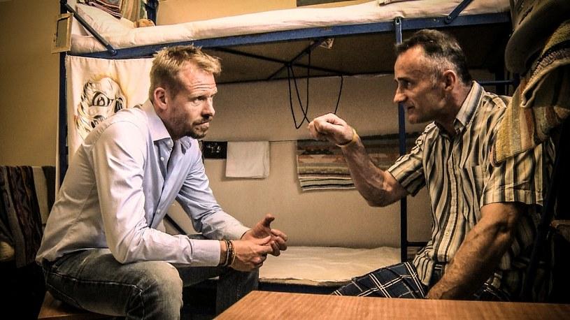 """Każdy więzień, w czasie odbywania kary, ma prawo ubiegać się o pracę. Praca na terenie zakładu karnego stanowi najlepszą alternatywę dla więziennej bezczynności, a skazani aktywni zawodowo mają możliwość zarabiania w uczciwy sposób. Rinke Rooyens w szóstym odcinku serialu dokumentalnego """"Rinke za kratami"""" sprawdza, czy więźniowie deklarują chęć pracy, czy wszyscy znajdują zatrudnienie za kratami i na jaką pracę mogą tam liczyć."""