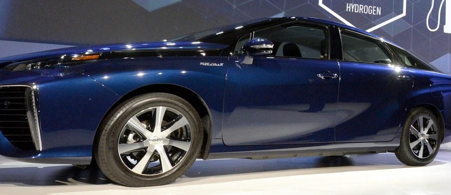 Japoński koncern motoryzacyjny Toyota zapowiedział, że do 2050 roku chce sprzedawać niemal wyłącznie samochody z silnikami hybrydowymi i ogniwami wodorowymi. Tym samym chce pomóc w zmniejszeniu emisji szkodliwych substancji do atmosfery.