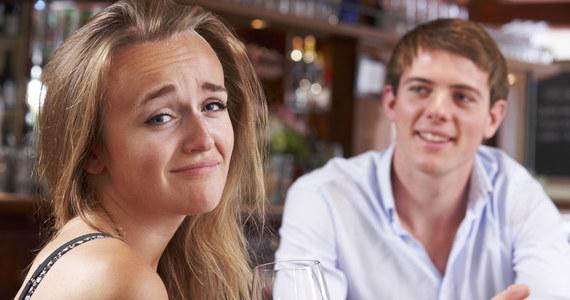 Chłopaki umawiają się z młodszą dziewczyną