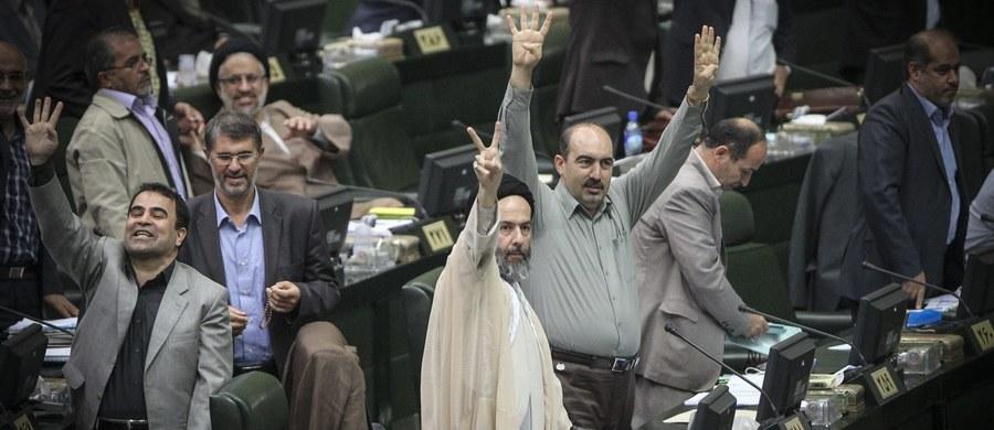 Irańska Rada Strażników Konstytucji zatwierdziła w poniedziałek ustawę wprowadzającą w życie historyczne porozumienie ze światowymi mocarstwami ws. programu nuklearnego Teheranu - podała oficjalna agencja prasowa IRNA. Chodzi o porozumienie zawarte 14 lipca. W ubiegłym tygodniu parlament Iranu przyjął ustawę wprowadzającą je w życie, a zatwierdzenie ustawy przez Radę Strażników oznacza w praktyce, że islamscy hierarchowie nie zgłaszają do niej zastrzeżeń z punktu widzenia islamu i konstytucji i ustawa - a tym samym porozumienie - może wejść w życie.