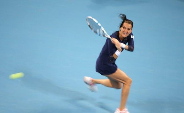 """Rozstawiona z """"dwójką"""" Agnieszka Radwańska bez problemu awansowała do ćwierćfinału turnieju WTA Tour na twardych kortach w Tiencinie (pula nagród 426 750 dol.). W czwartek pokonała chińską tenisistkę Qiang Wang 6:1, 6:1."""