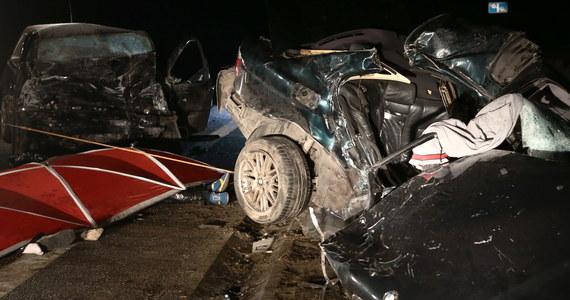 Pięć osób nie przeżyło tragicznego wypadku na ulicy Popiełuszki w Płocku. Doszło tam do czołowego zderzenia dwóch samochodów osobowych.