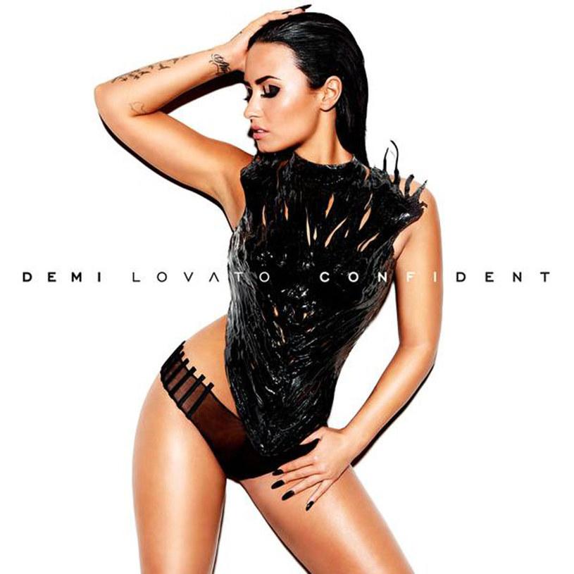 Demi Lovato, słodki kotek, stoi przed lustrem i miauczy. W lustrze widzi lwa, a w uchu słyszy ryk.