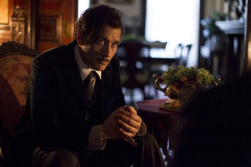 """Już od soboty, 17 października, będzie można oglądać drugi sezon serialu produkcji Cinemax """"The Knick"""". Serial wyreżyserował laureat Oscara Steven Soderbergh, w roli głównej występuje Clive Owen. Premierowe odcinki będzie można oglądać o godz. 22 w Cinemax. Serial będzie również dostępny w HBO GO."""