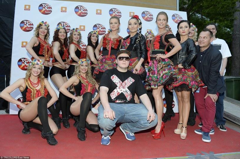 """Dla mediów Donatan stał się popularny po ogromnym sukcesie płyty """"Równonoc. Słowiańska dusza"""". Jeszcze większy szum zrobił się wokół niego po wydaniu płyty """"Hiper/Chimera"""" z Cleo, a po jego występie na Eurowizji, można było zobaczyć go w każdej telewizji. Donatan to jednak nie tylko człowiek od wciskania wszędzie słowiańskich motywów."""