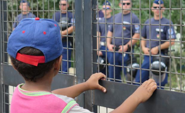 O północy zamknięta zostanie 300-kilometrowa granica Węgier z Chorwacją, aby powstrzymać napływ migrantów - poinformował węgierski minister spraw zagranicznych Peter Szijjarto. Decyzja zapadła na posiedzeniu Rady Bezpieczeństwa Narodowego, które zwołał premier Viktor Orban. We wrześniu Budapeszt w tym samym celu zamknął granicę z Serbią.