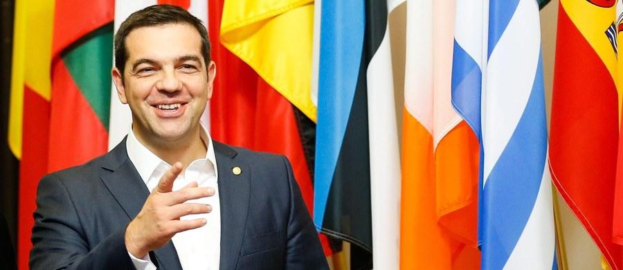 """Stosunkiem głosów 154 do 140 grecki parlament zaaprobował nad ranem nowy pakiet oszczędnościowy, którego realizacja jest warunkiem otrzymywania przez Grecję dalszej pomocy od międzynarodowych kredytodawców. Pakiet przewiduje m.in. podniesienie do roku 2022 wieku emerytalnego dla wszystkich zatrudnionych do 67 lat i kolejne cięcia świadczeń emerytalnych, a także zaostrzenie kar za uchylanie się od płacenia podatków. """"Nie ma tu nowych środków. Są te trudne środki, o których wszyscy wiemy"""" - podkreślał premier Aleksis Cipras."""