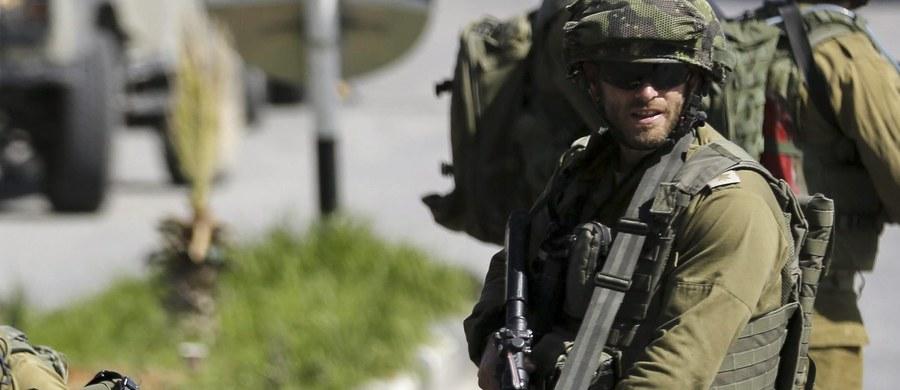 Palestynka zaatakowała nożem funkcjonariuszkę izraelskiej straży granicznej w Hebronie. Jak podała izraelska policja, funkcjonariuszka odpowiedziała strzałami, zabijając napastniczkę. Wcześniej izraelskiego osadnika zaatakował 18-letni Palestyńczyk. Zginął zastrzelony przez zaatakowanego.