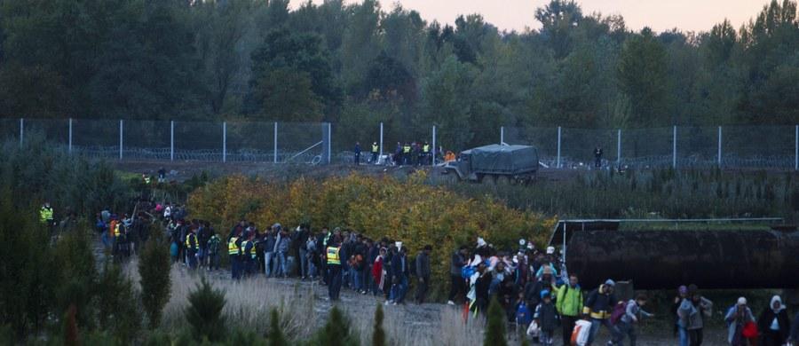 """Zgodnie z zapowiedzią Węgry zamknęły o północy swą 300-kilometrową granicę z Chorwacją, by powstrzymać napływ imigrantów - poinformował węgierski rząd. Podkreślił, że zdecydowano się na to, """"by chronić obywateli Węgier i Europy"""". Agencja Reutera przewiduje, że teraz uchodźcy skierują się do Chorwacji dłuższą drogą przez Słowenię."""
