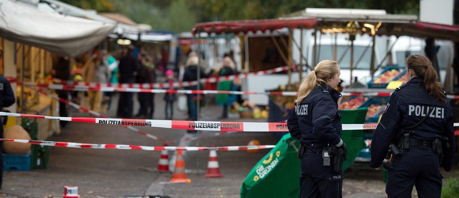"""Atak nożownika na kandydatkę na burmistrza Kolonii i czterech jej współpracowników. Polityk jest ciężko ranna, ale jej życiu nie zagraża niebezpieczeństwo. Po zamachu napastnik miał powiedzieć: """"Musiałem to zrobić, żeby ochronić nas wszystkich"""". Według świadków, chodziło o fakt przyjmowania przez Niemcy uchodźców."""