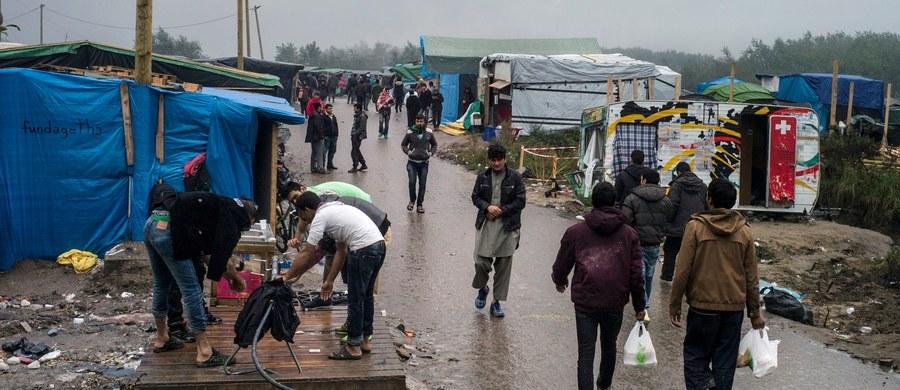 """Organizacje charytatywne z francuskiego Calais podnoszą alarm! Według nich cześć uchodźców, którzy koczują w wielkim obozowisku zwanym """"Nową Dżunglą"""", może nie przeżyć zimy. Brakuje im bowiem prądu i ogrzewania, a namioty i prowizoryczne szałasy nie chronią przed mrozem."""